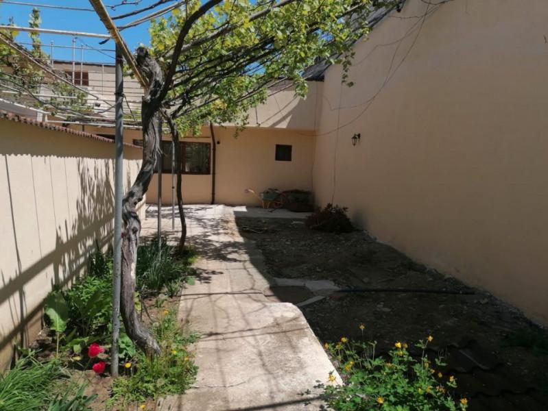 Casa cu curte renovata acum perimetral Casa Casatoriilor
